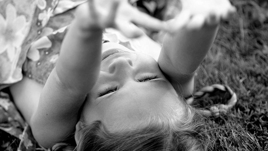 Kinderbilder-ungestellt-natuerlich-lebendig-kinderlachen-rennen-04