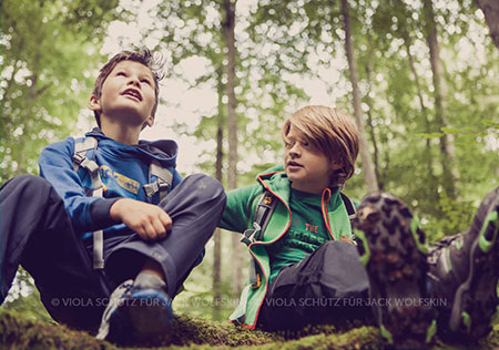 Kinder-Outdoor-Fashion-Fotograf-kommerziell-Kids-Kampagne-Wald-Bilder