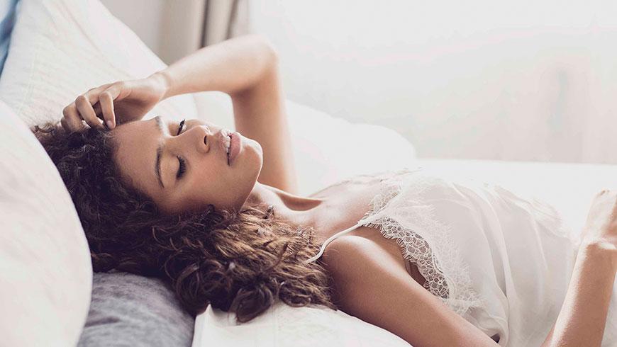Modefotograf-Lifestyle-Bett-Nachtwaesche-Negligee-Beauty-19
