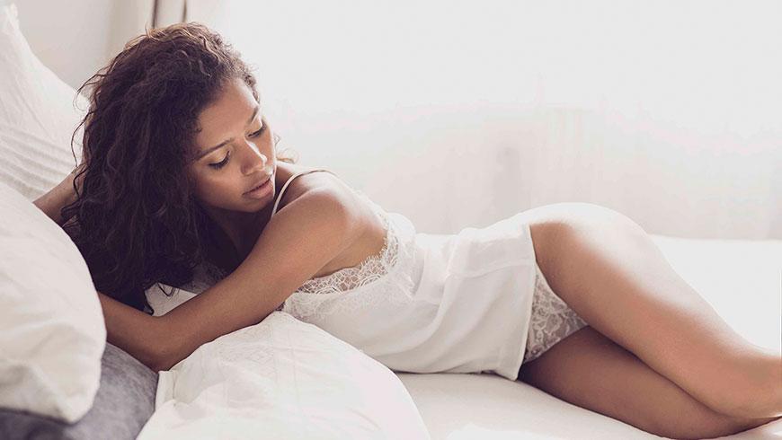 Modefotograf-Lifestyle-Bett-Nachtwaesche-Negligee-Beauty-21