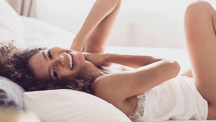 Modefotograf-Lifestyle-Bett-Nachtwaesche-Negligee-Beauty-23
