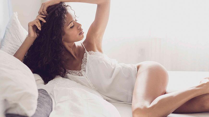 Modefotograf-Lifestyle-Bett-Nachtwaesche-Negligee-Beauty-24