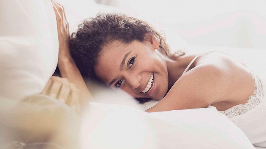 Modefotograf-Lifestyle-Bett-Nachtwaesche-Negligee-Beauty-26